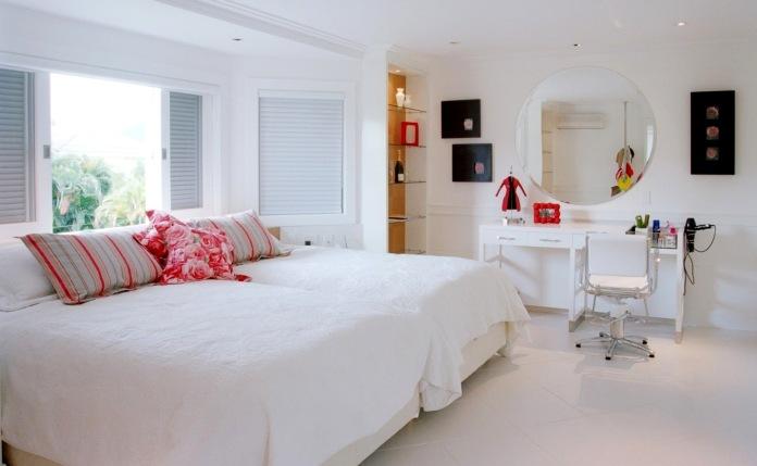 nesta-suite-de-uma-casa-de-praia-a-arquiteta-joia-bergamo-evitou-limitar-se-ao-branco-usado-no-piso-paredes-e-no-mobiliario-revestido-em-laca-pincelando-tons-de-vermelho-e-rosa-nas-1342213415103_1920x1080