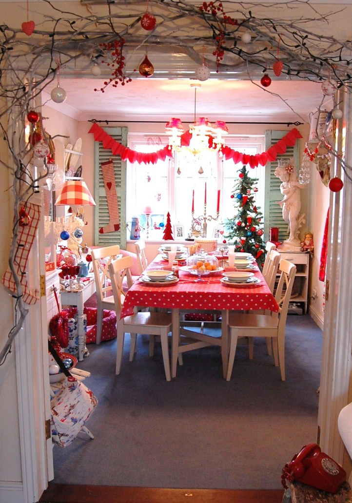 dining-rooms-warm-festive-white-red-christmas-dining-room-design-decoration-ideas-featuring-lovely-nature-themed-welcome-with-branches-christmas-stockings-and-baubles-wonderful-festive-dining-room-de