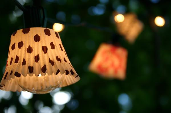 decoracao-com-luzes-de-natal-para-o-quarto-pisca-pisca-com-papel-de-brigadeiro