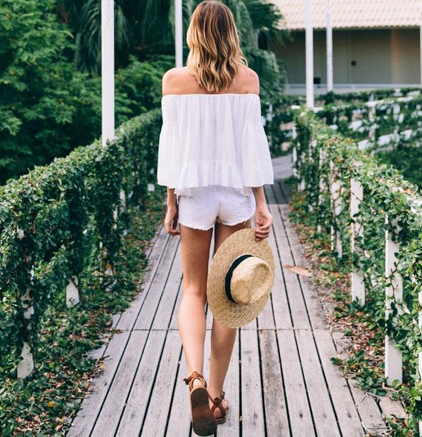 ombros-blusa-shorts-branco-rasteirinha-chapeu